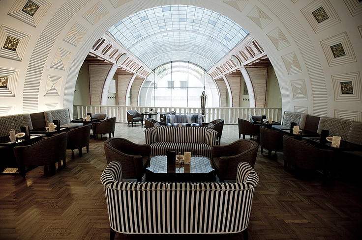 Another important element of the hotel's gastronomic offering is the Gallery Café situated on the faithfully restored gallery level, where the main entrance is found.