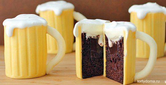 """Такой рецепт приготовления торта """"Пивная кружка"""" можно несколько разнообразить. Или приготовить много маленьких тортиков, как тут, или же сделать один большой торт. Но мне кажется, когда каждому гостю достанется маленький тортик, это намного приятнее!  Ингредиенты: Яйца — 6 Штук Сахар — 200 Грамм (2 ст.л. - для крема, остальное - в тесто) Кофе заварной — 0.5 Стакана (свежезаваренный крепкий напиток ) Какао — 30 Грамм Мука — 150 Грамм Масло растительное — 60 Грамм Разрыхлитель — 1 Чайная…"""