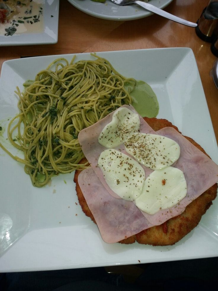 "Tallarin Alpesto ""verde"" con pechuga de pollo completa apanada. Delicioso."