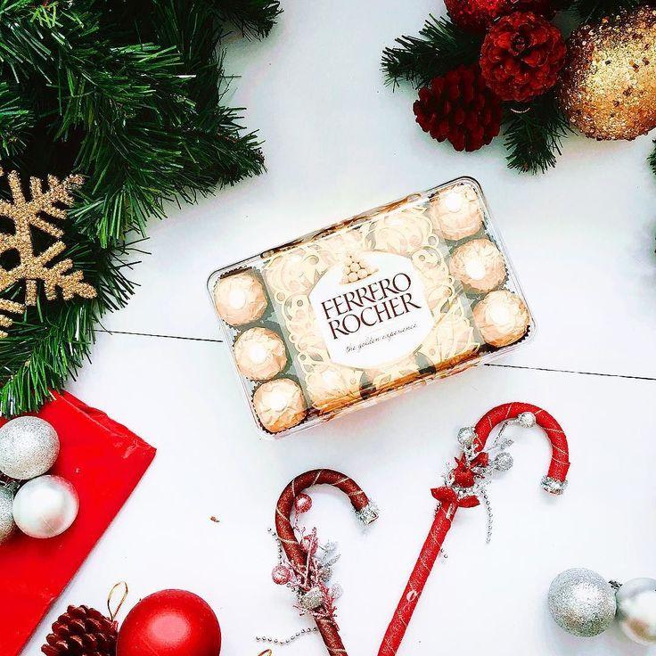 SÔ CÔ LA FERRERO ROCHER Giá: 260k Mang trong mình hương vị chocolate nồng nàng được làm với kỹ thuật công phu bậc nhất trên thế giới với nhiều lớp đan xen nhau bên trong viên ngọc quí này . Ferrero Rocher là sản phẩm sô-cô-la tuyệt vời của chuyên gia về sô-cô-la người Ý - Ferrero Spa đấy cả nhà ạ  Mỗi viên có mùi vị giống nhau được bọc bởi lớp vỏ màu vàng bên ngoài như một viên ngọc quý. Thế này nhé chúng ta cùng chơi trò đọc đến đâu tưởng tượng đến đấy thử nha: Đầu tiên khi mở lớp giấy bạc…