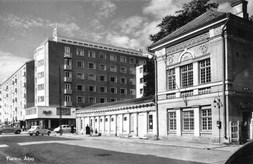 Turun purkajaiset - UTUonline - Turun yliopiston verkkolehti, Julinin kulma 1960-luvun alussa Brahenkadun puolelta. Kuva: Turun museokeskus