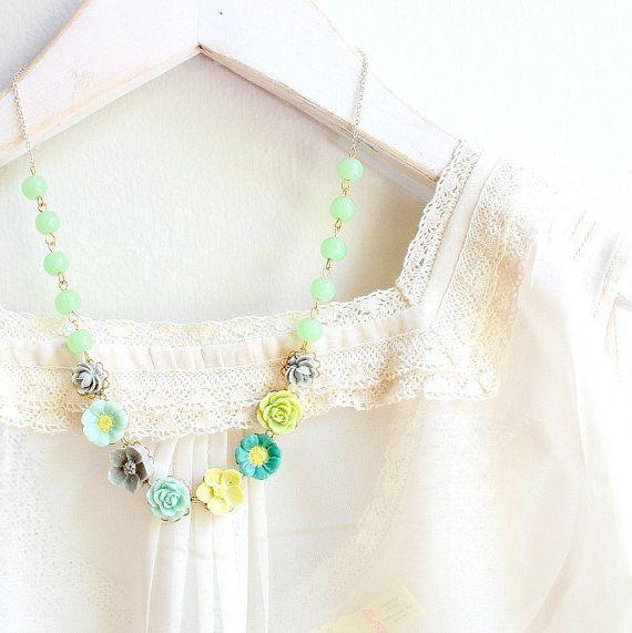 Le collier mesure 17 et fait avec 8 fleur cabochons dans mes propres couleurs personnalisées conçues dans des tons de vert avec le fil gris.