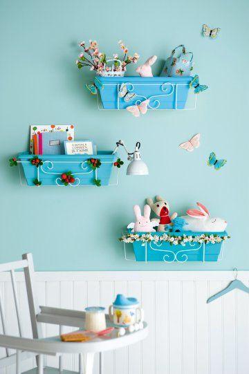Etagères comme des jardinières peintes en bleu ciel et décorées de fleurs, fruits et papillons.