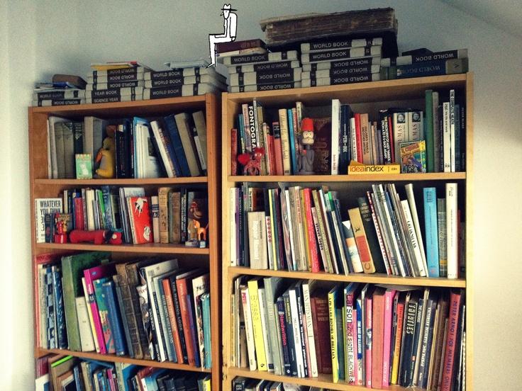 La libreria dell'amatissimo illustratore del Tropico, Robert. C'è anche lui, in cima all'ultimo scaffale!