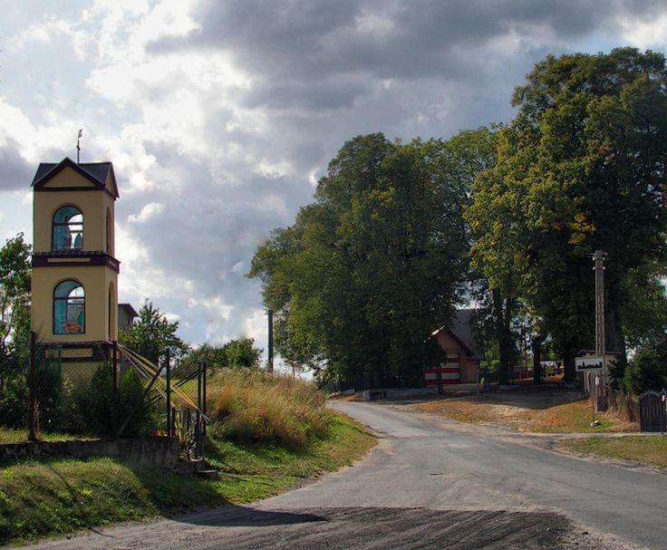 Miedzno- kapliczka na skrzyżowaniu