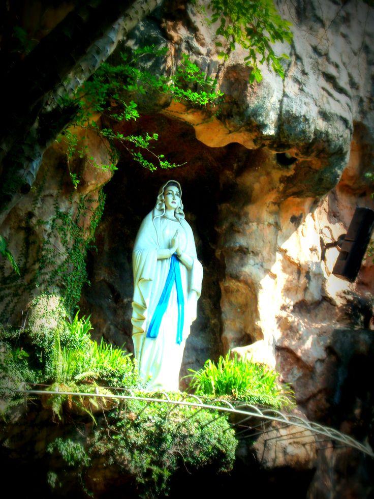 Puh Sarang - Kediri, Indonesia. Semacam Lourdes-nya Indonesia nih. Obat pengen ke Lourdes.