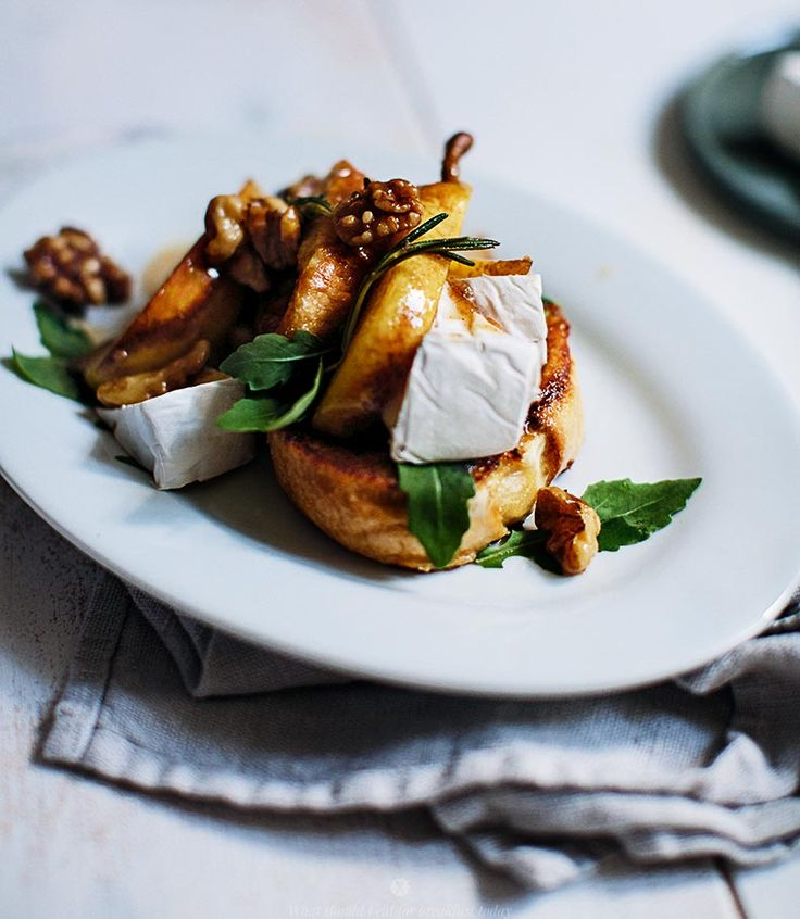 French toasts with caramelised pears with walnuts, Camembert and arugula by Marta Greber: