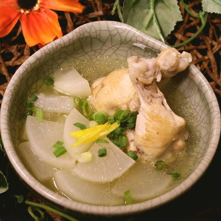 「ゆず香る!しっとり柔らか鶏手羽大根」の作り方を簡単で分かりやすい料理動画で紹介しています。出汁も美味しい手羽元大根のレシピです。白だしを使うだけでお店で出すような上品な味に仕上がります。 今回は手羽元を使用しましたが、鶏もも肉でも代用できます。胸肉はすこしパサパサしてしまうので、こちらではオススメしておりません。