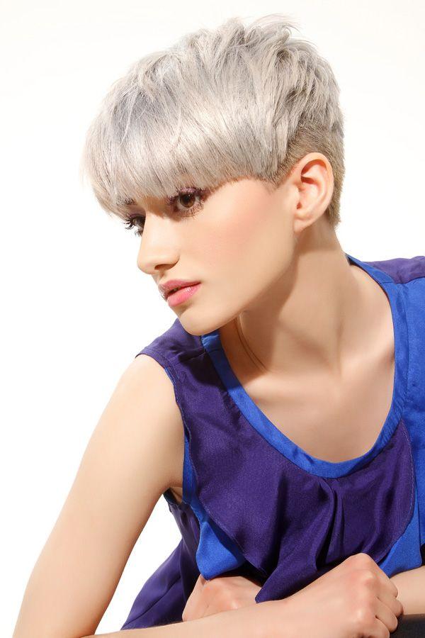Blonde Kurzhaarschnitte fallen bei den Kurzhaarfrisuren besonders durch ihre Farbgebung auf - von kühlen Aschtöne mit Blau- oder Graustich bis hin zu