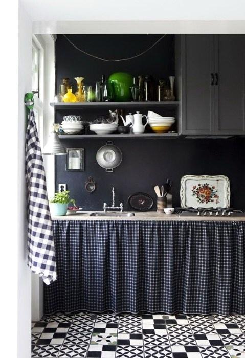 black grey kitchen: Interior, Ideas, Black And White, Black Kitchens, Country Kitchen, Small Kitchen, Kitchen