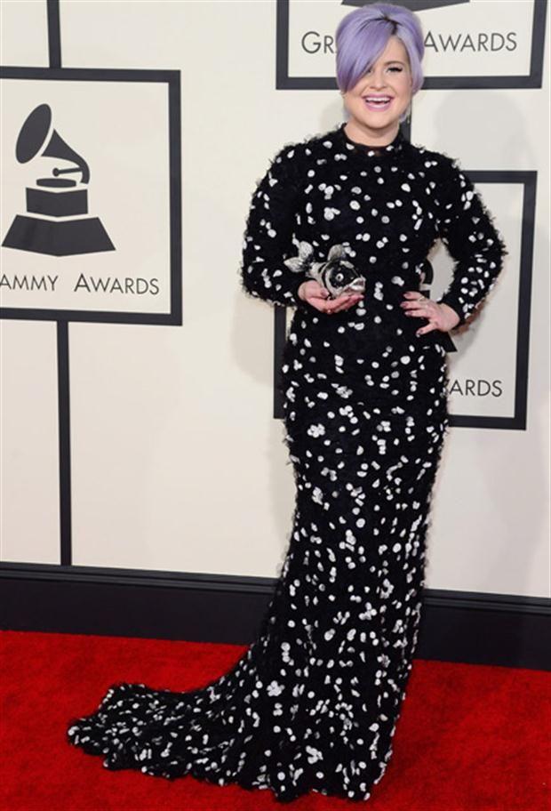 Looks de los Premios Grammy vestido negro largo con detalles blancos