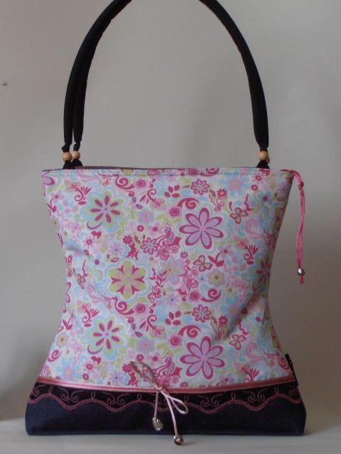 Vidám virágmintás nõi táska fekete-pink csipkével díszítve