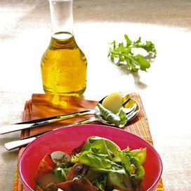 Ingredienti50 g di insalatine verdi miste40 g di spinacini novelli4 fettine di bacon6 patate novelle4 champignon20 g di pinoliuna punta di aglioun rametto di timoqualche ago di rosmarino3 cucchiai di