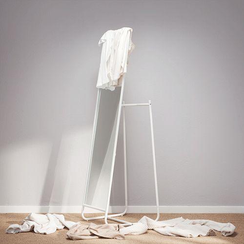 IKEA KNAPPER golvspegel med hängare för galgar på baksidan.
