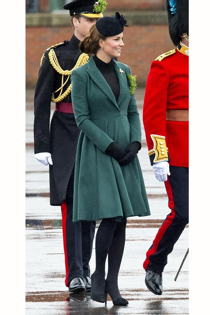 DO Embarazadas con estilo: cómo conservarlo a partir del tercer mes. CORTE A LA CINTURA  Hace sólo un año Kate Middleton lucía este mismo abrigo con un cinturón que enmarcaba su diminuta cintura, pero en la pasada celebración de Saint Patrick's, la duquesa de Cambridge prefirió no ceñir su silueta que dejaba intuir una incipiente tripita.