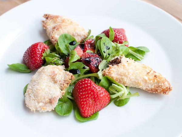 Krokante kip met aardbeien; een 's zomers gerecht. De zoete aardbei combineert goed met de hartige smaak van de krokante kip. Lekker als voorgerecht.