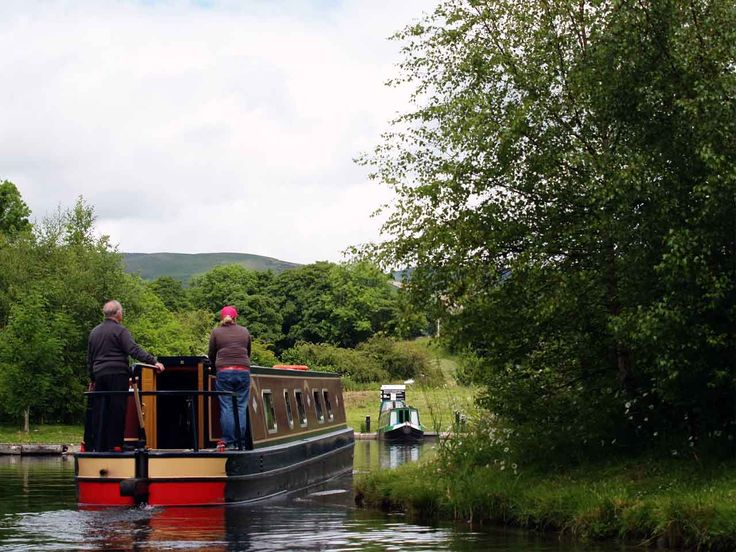 What better way to discover the UK's stunning landscapes than drifting dreamily down a canal on a charming narrowboat?