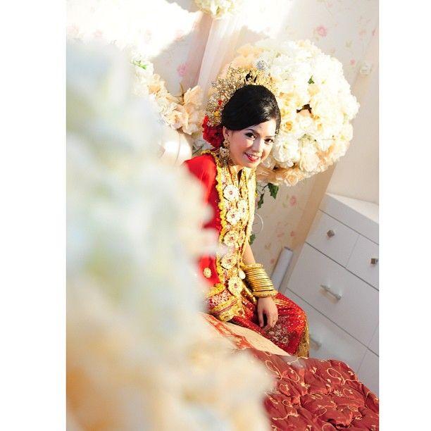 .@riskaanton | #MAPPACCI #red #flower #decoration #bajubodo #adat #tradisional #bugis #bugin... | Webstagram