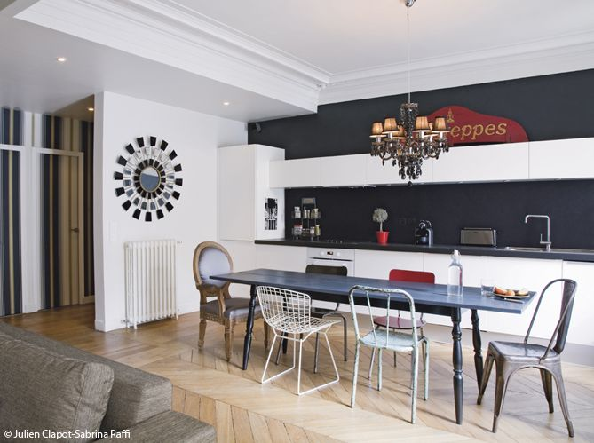 Cuisine blanche sur fond noir cam pinterest cuisine for Deco cuisine avec chaise blanche et noir