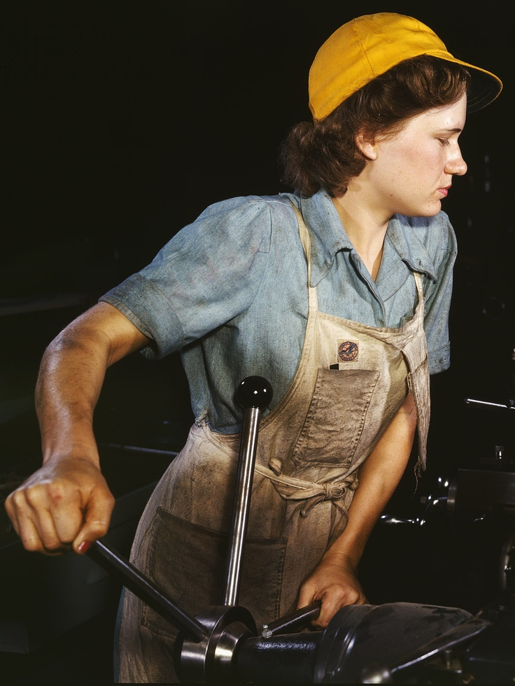 Mujer en una fábrica.