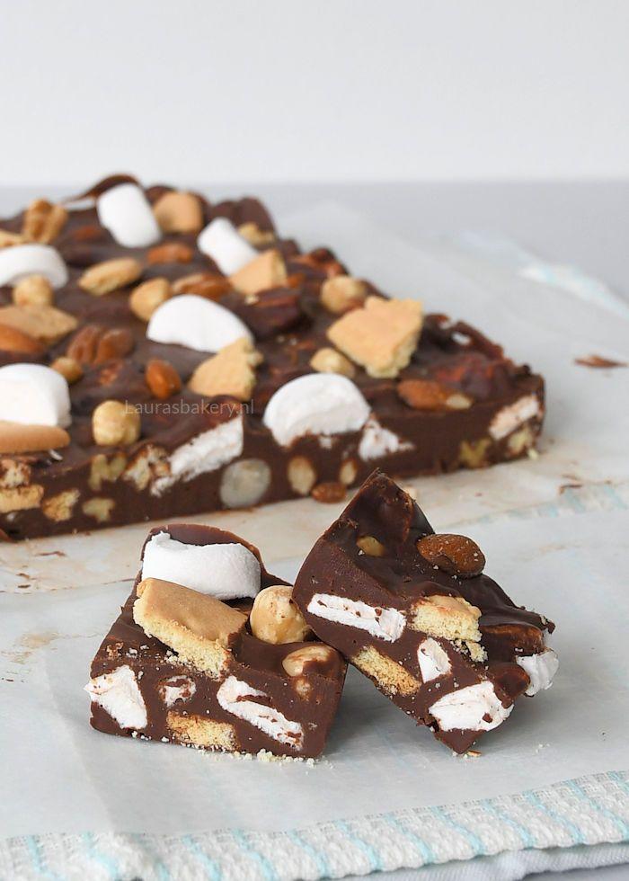 Wat is rocky road toch een geweldige uitvinding. Je kent deze combinatie van chocola, marshmallows, noten en koekjes misschien wel. Eerder maakte ik al eens rocky road rotsjes, maar een fudge variant