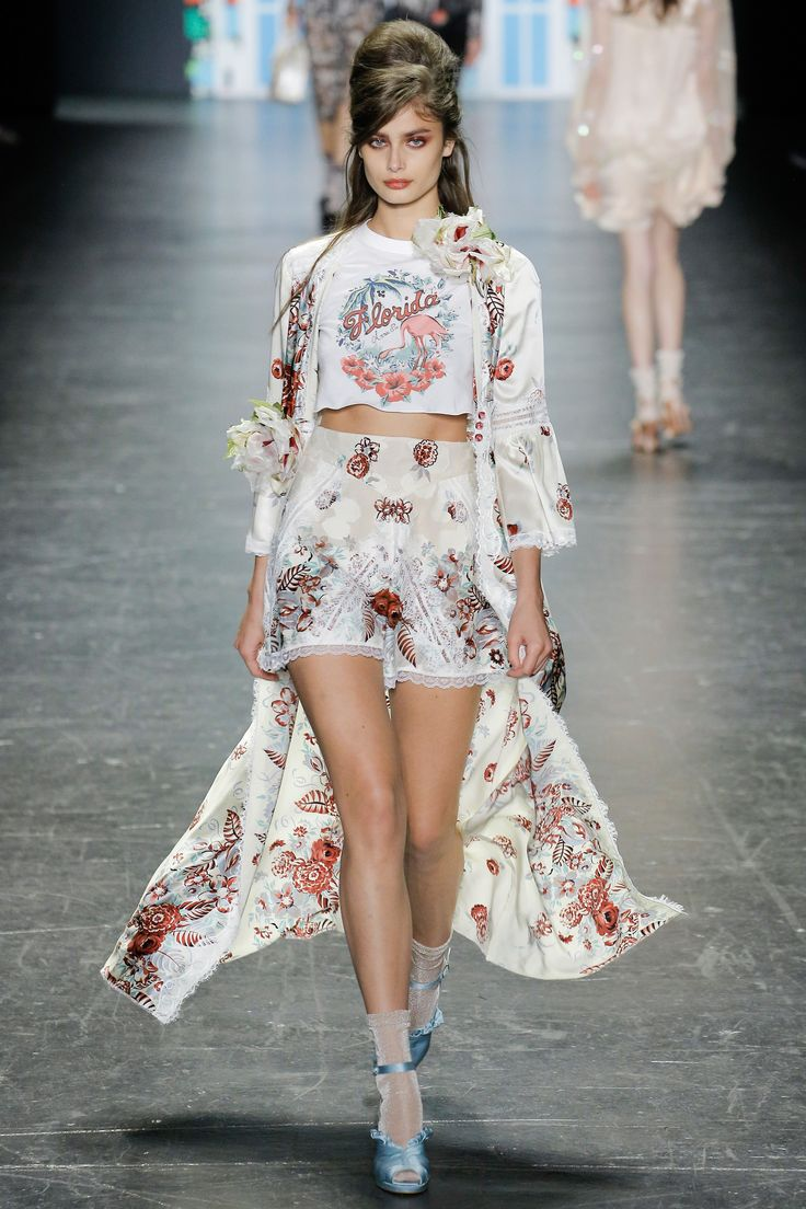 Anna Sui Spring 2017 Ready-to-Wear Fashion Show - Taylor Hill
