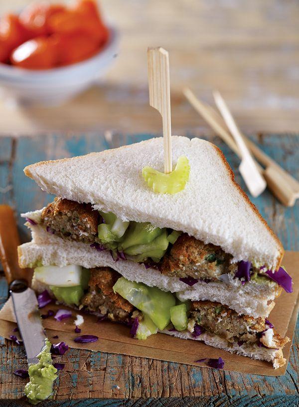 Ένα ιδιαίτερο club sandwich με κεφτεδάκια φακής και πίκλες μαραθόριζας και σέλερι, που θα συνοδεύσετε με καρότα. Ιδανικό για όσους νηστεύουν αλλά ξέρουν να τρώνε! Δοκιμάστε επίσης και μπέργκερ με μπιφτέκι φάβας και ρεγγοσαλάτα. #clubsandwich #κινόα #χορτοφαγικοίκεφτέδες