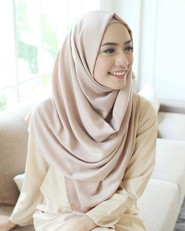 Smile often, think positively, give thanks, laugh loudly, love others, dream big.  • wearing pashmina by @vanillahijab ✨