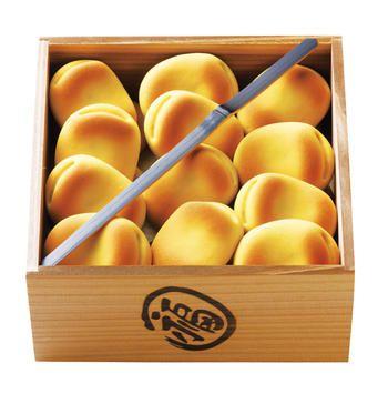 商家の娘が豆まきをするほほえましい光景を表現したという「福ハ内」。卵の黄身を使った桃山(外皮)の中には上品な白餡がたっぷり。口に広がるやさしい甘さに、思わず顔がほころぶ。