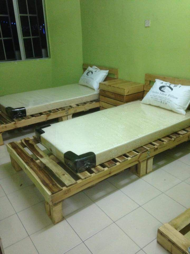 1000 images about reclaimed pallet beds on pinterest for Pallet bed frame with side tables