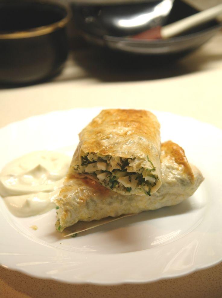 """ЗАВТРАК ИЗ ЛАВАША, ЗЕЛЕНИ И ОТВАРНЫХ ЯИЦ - 3 листа тонкого лаваша - 6 отварных яиц - 250 г зелёного лука - 1 чашка отварного клейкого риса - 100-150 г сыра (типа """"сулугуни"""" или по вкусу) - соль, черный молотый перец - 2 сырых яйца - для смазки"""