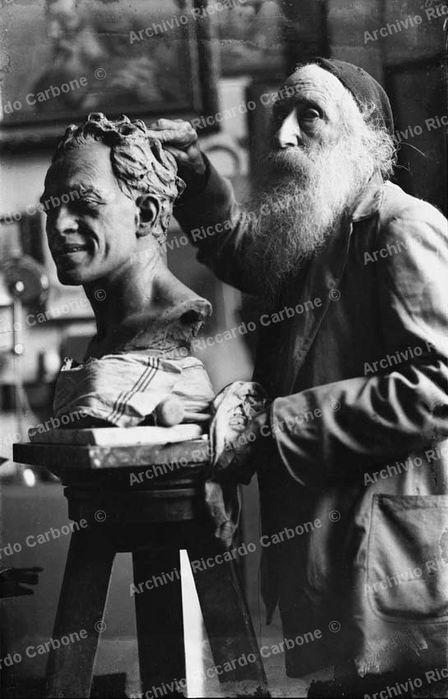 1926. Lo scultore Vincenzo Gemito al lavoro sul busto di Raffaele Viviani