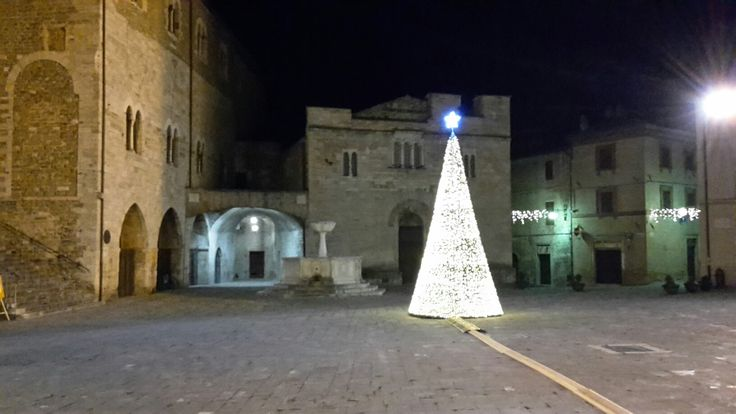 Bevagna: Piazza Silvestri, one of the finest medieval squares in Umbria, there are the two 12th century Romanesque churches, St.Michael and St. Silvestro.