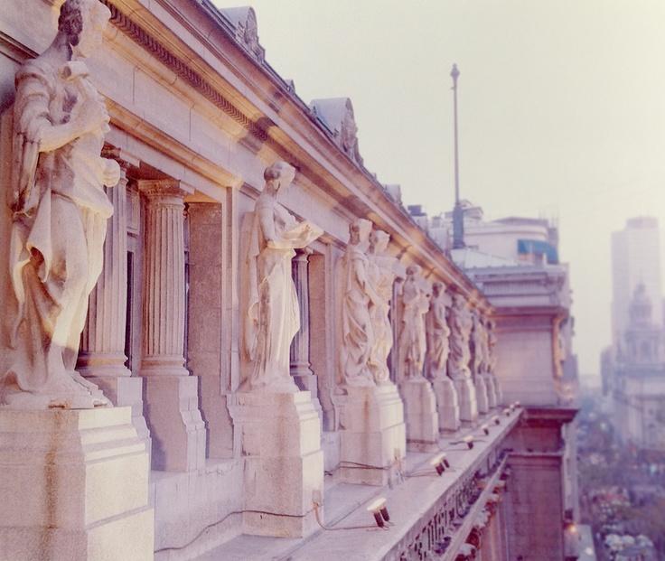 Diez Cariátides adornan las cornisas de la fachada del edificio del Banco de Chile.    Llaman la atención estas esculturas en forma de cariátides, o estatuas de mujeres que adosadas o aisladas se colocan en la construcción como elemento de sostén, en lugar de columna o pilastra.