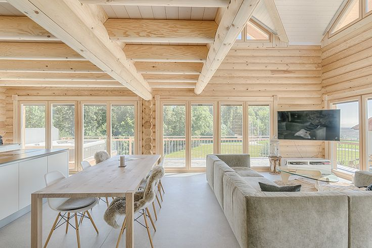 Перфектен пример за дървена къща в провинциален стил, тази къща, на планината Jura, съчетава естествената дървесина със свежи бели повърхности и модерни мебели. В момента, в който влезете може да усетите аромата на истинско дърво.