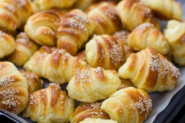 A szezámmagos-sajtos falatkák kívül ropogósak, belül pedig az olvadó sajttól fantasztikusan puhák.