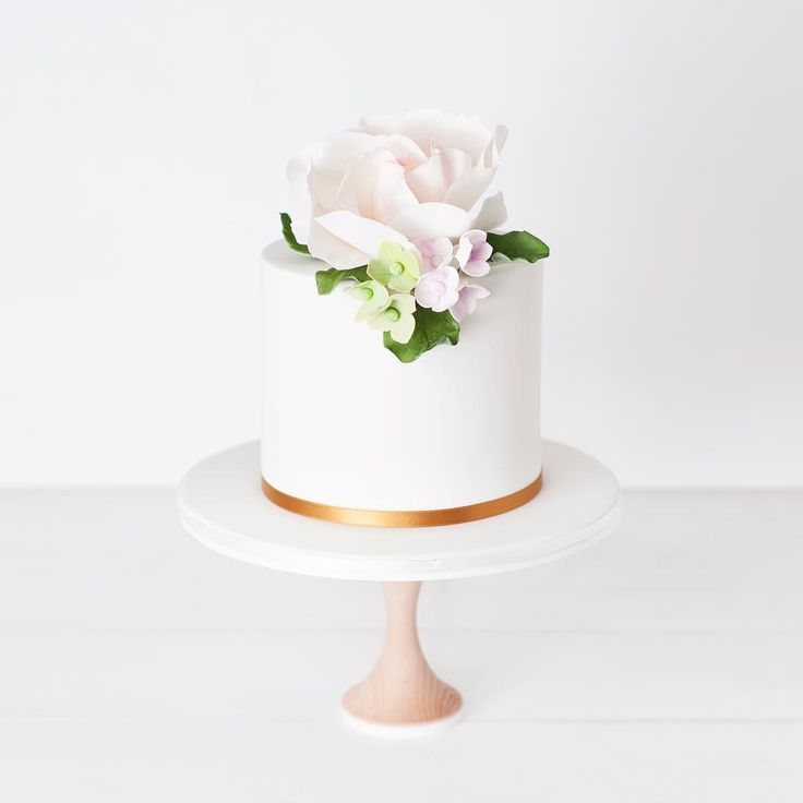 Super simple and sweet with #sugarflowers     #Regram via @cake_ink