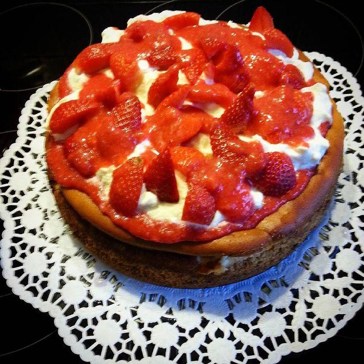 Homemade cheesecake with strawberry #cheescake #strawberries #strawberry #mascarpone #käsekuchen #kuchen #erdbeeren #foodie #foodoftheday #food #foodporn #foodpics #ilovefood #nofilter #homemade #pictureoftheday #picoftheday #instagram #baking #selbstgebacken #backen #delicious #great #yummy #yum by jacki_mai_2005