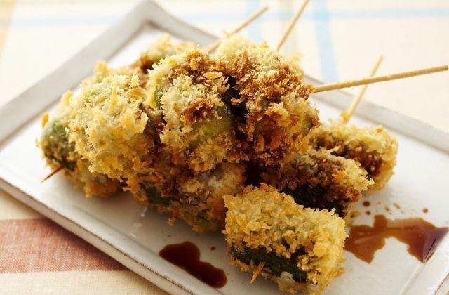 ヘルシーなきゅうりの串カツ!にんにくとウスターソースで下味をつけたきゅうりをサクっと揚げました。みずみずしさに旨味が加わり、食べごたえのある味わいがやみつきになりそう。…
