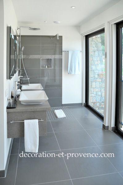 Décoration d'une salle de bain de l'hôtel Château de Berne à Lorgues (var) - Nathalie Vingot Mei interior designer. Salle de bain grise, bathroom grey, univers contemporain, robinetterie inox.