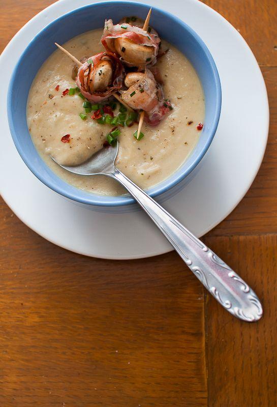 Vellutata di cavolfiore grigliato con spiedini di champignon e pancetta-Cauliflower cream with champignon and bacon skewer