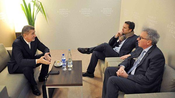 Andrej Babiš (vlevo) zahájil návštěvu Davosu setkáním s lucemburským premiérem Xavierem Bettelem (uprostřed) a lucemburským ministrem financí Pierrem Gramegnou