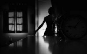 σεφερης Δὲν ἦταν ἄλλη ἡ ἀγάπη μας ἔφευγε ξαναγύριζε καὶ μᾶς ἔφερνε  ἕνα χαμηλωμένο βλέφαρο πολὺ μακρινὸ ἕνα χαμόγελο μαρμαρωμένο, χαμένο  μέσα στὸ πρωινὸ χορτάρι ἕνα παράξενο κοχύλι ποὺ δοκίμαζε νὰ τὸ ἐξηγήσει ἐπίμονα ἡ ψυχή μας.