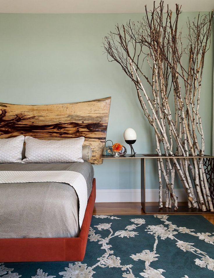 yatak odasında ağaç dalları ile doğal bir tarz