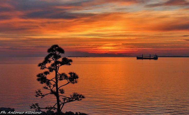 Prenota un Tramonto in barca a vela nel Golfo di Taranto sorseggiando un buon bicchiere di vino delle rinomate Cantine Lizzano: emozioni garantite!