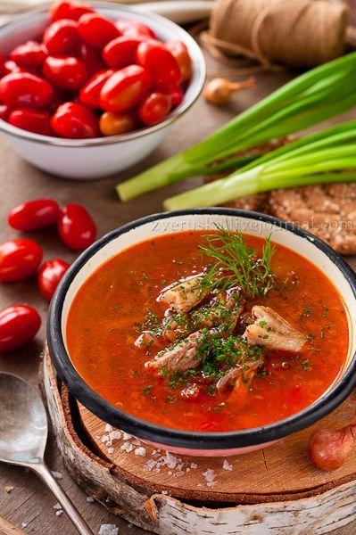 Пряный суп с копченой рыбой и помидорами