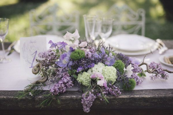 purple and green centerpiece with lilacs and hydrangeas | photography: marcella cistola http://weddingwonderland.it/2016/05/matrimonio-al-profumo-di-glicine.html
