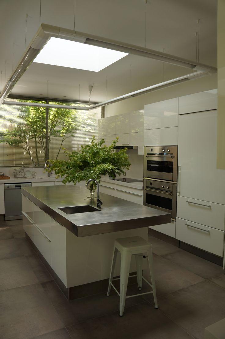 Cocina lacada blanco y cuberta de acero inoxidable.