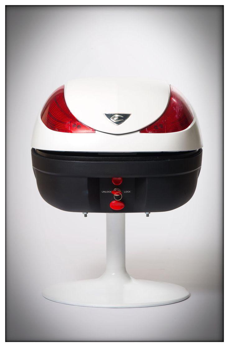 BOOZE-TI-FY   Opbergkastje gemaakt van motor helmkoffer.