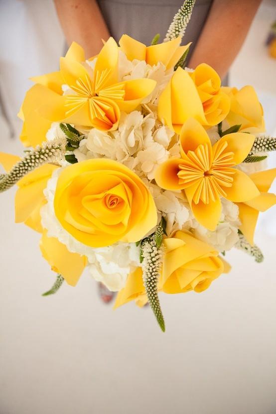 Mariage en jaune, bouquet de la mariée composé principalement de roses.